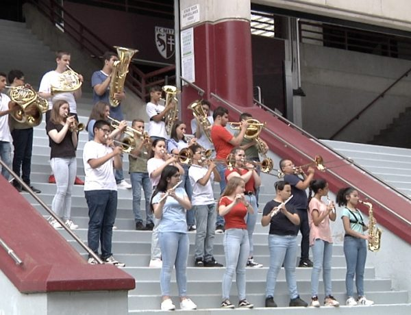Orchestre à l'école : ça tourne au stade Saint-Symphorien !